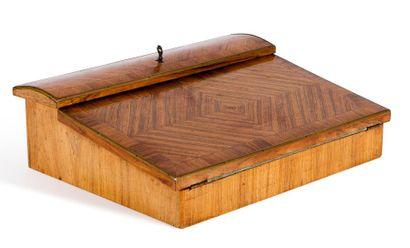 Coffret écritoire marqueté de bois de violette....