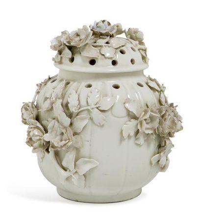 Vase couvert formant brûle parfum en porcelaine...