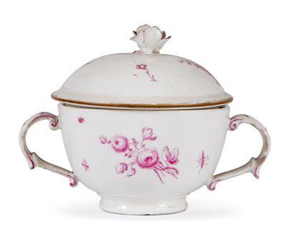 Bouillon couvert en porcelaine à décor de...