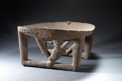 Table cérémonielle aux deux singes  Table...
