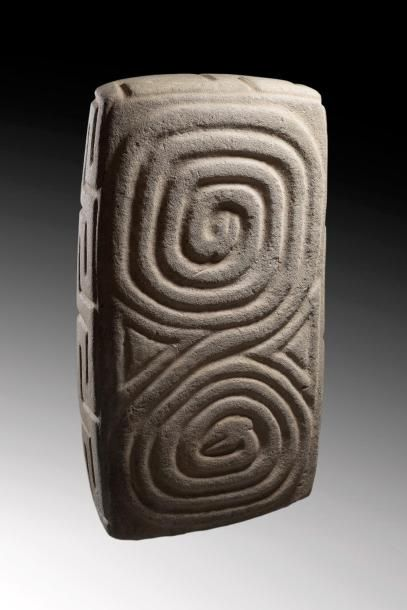 Grand coffre à offrandes  Coffre à trésor sculpté d'un bas-relief  présentant deux...