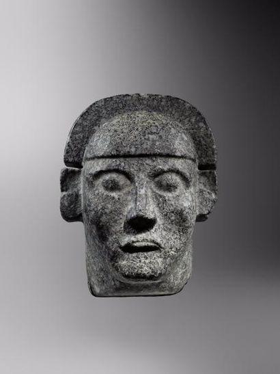 Grande tête en pierre  Tête de seigneur portant...