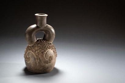 Vase à décor de vague  Vase étrier se terminant...