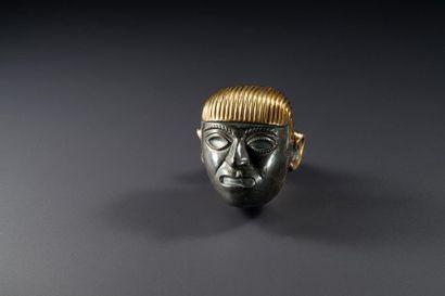 Tête portrait d'un chef  Elément de collier présentant un portrait de dignitaire....