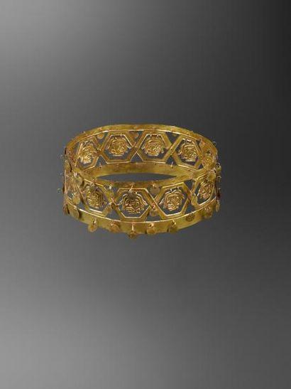 Couronne aux têtes trophées Magnifique couronne à décor hexagonal renfermant des...