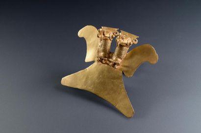 Pendentif aigle à deux têtes  Important pectoral représentant un aigle harpie (Harpia...