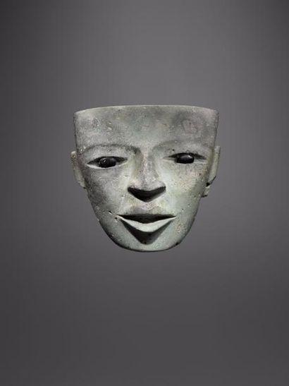 Masque de prêtre au regard intemporel  Masque...