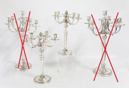 Une paire de candélabres à cinq bras de lumière...