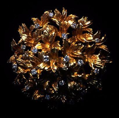 Broche dôme en or jaune 18 K (750 °/°°) stylisant...