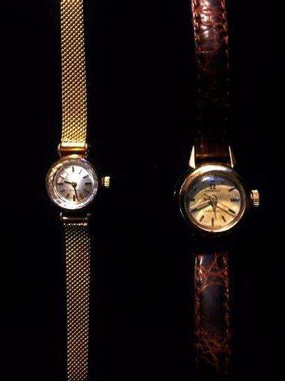 OMEGA  Lot de deux montres :  Une montre bracelet de dame en or jaune 18 K (750...