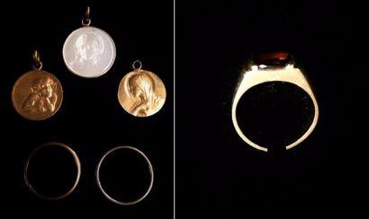 Lot de bijoux composé de :  - trois médailles...