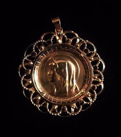 Pendentif composé d'une médaille en or jaune...