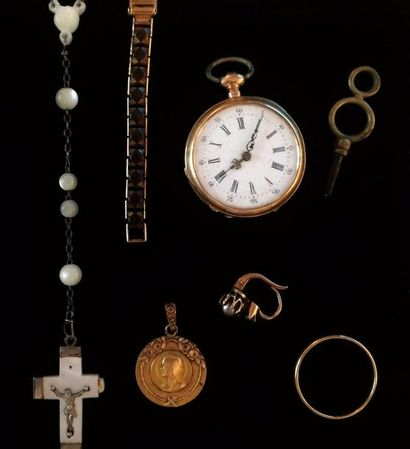 Lot comprenant :  - Une montre de col en...
