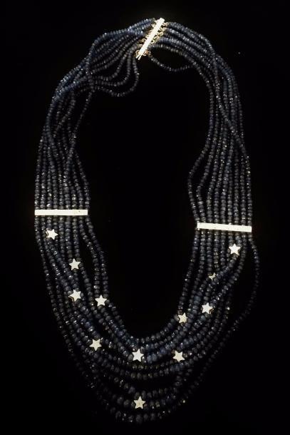 Un collier composé de neuf rangs de saphirs...