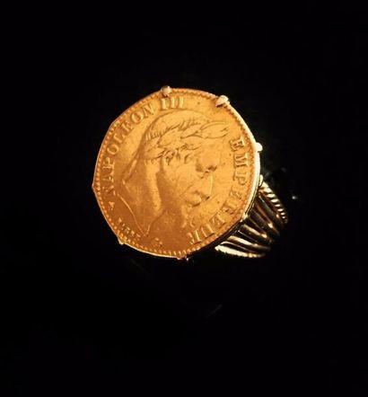 Chevalière en or jaune 18 K (750 °/°°) sertie...
