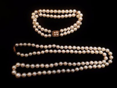 Parure comprenant un collier de perles choker et un bracelet de perles choker à...