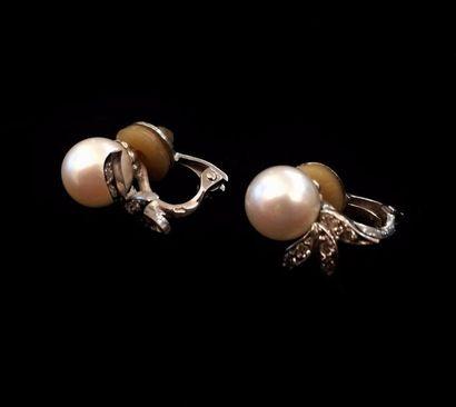 Paire de boucles d'oreilles ornées de perles...