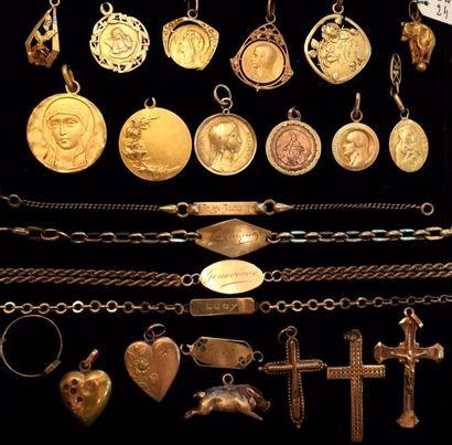 Un lot de médailles de baptême, pendentifs...