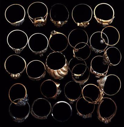 Lot de bagues diverses sertis de petits diamants,...