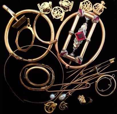 Lot de divers débris de bijoux en or jaune...