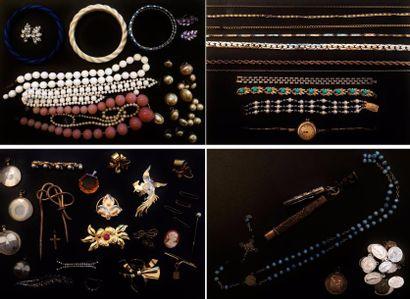 Lot de bijoux fantaisie divers comprenant...
