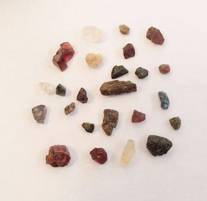 Ensemble de pierres brutes  Poids brut :...