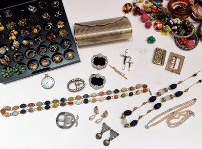 Important lot de bijoux fantaisie :  11 bracelets,...