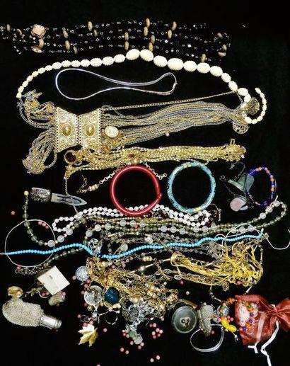 Lot de bijoux fantaisie divers