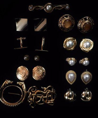Ensemble de bijoux en métal doré comprenant...