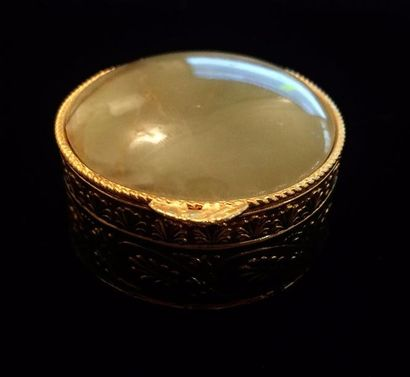 Petite boite couverte ronde en métal doré...