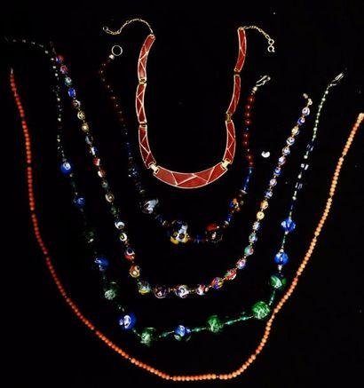 Lot de colliers :  trois colliers en perles...