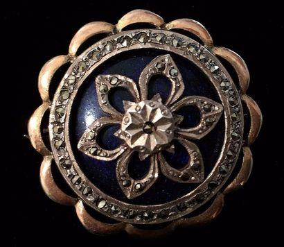 Broche ronde en métal à motif étoilé sur...
