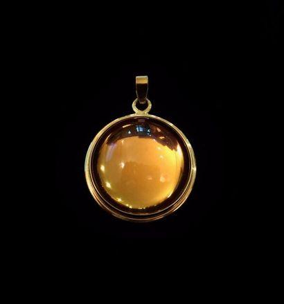 LALIQUE  Pendentif en métal doré serti d'une...