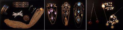 Lot de bijoux fantaisie composé de :  - trois...