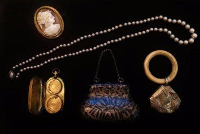 Lot de bijoux et objets de vitrine comprenant...