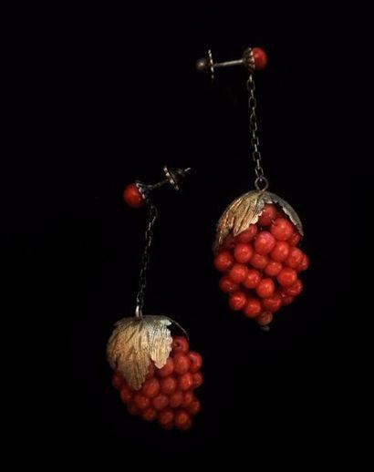 Paire de pendants d'oreilles en métal serties...