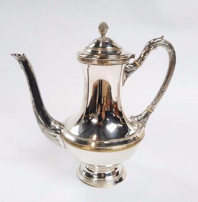 Cafetière en métal argenté surmontée d'une...