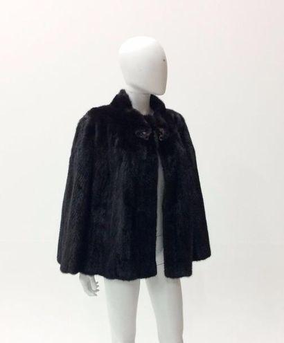 Fourrures CLEMENT  Une cape en vison sombre,...