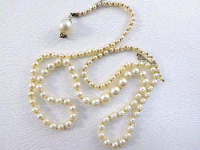 Collier de 121 perles probablement fines,...