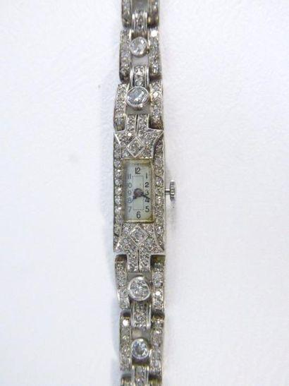 Montre en platine (950 millièmes) sertie de diamants taille ancienne. En l'état....