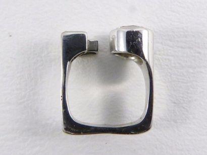 """Bague JEAN VENDOME modèle """"Tour"""" en or gris 18k (750 millièmes) sertie d'un diamant..."""