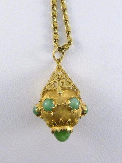 Une chaine en or jaune 18 k (750 millièmes) et son pendentif en or 18 k (750 millièmes)...