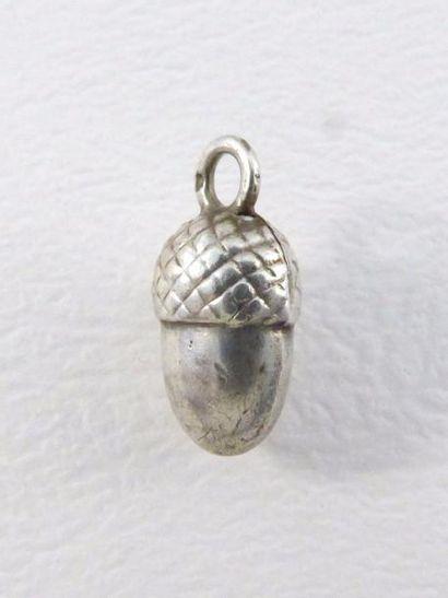 Petit pendentif gland en argent (925 millièmes)...