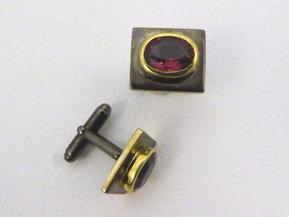 Paire de boutons de manchettes en argent noirci (925 millièmes) et plaqué or, sertis...