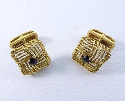 Paire de boutons de manchettes en or jaune 18k (750 millièmes) sertis de saphirs...