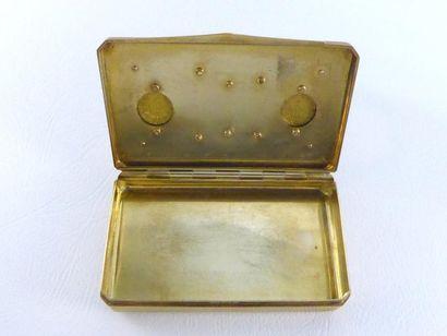 Boîte en or 14k (585 millièmes) ornée de 3 pièces en or et de quatre petites émeraudes...