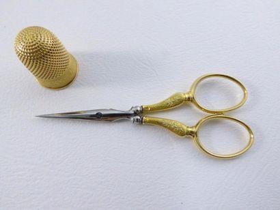 Nécessaire à couture comprenant une paire de ciseaux et un dé à coudre en or jaune...
