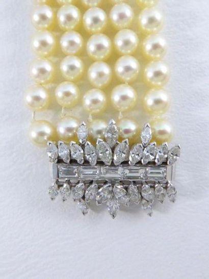 Bracelet 5 rang de perles, fermoir en or...