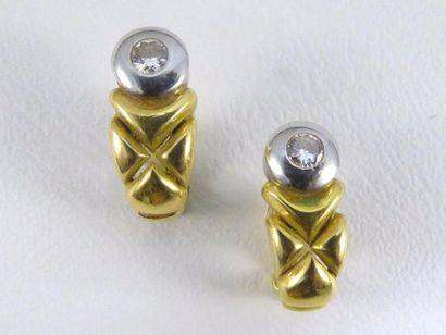 Paire de boucles d'oreilles deux tons d'or...