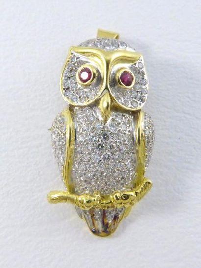 Broche-pendentif en or jaune 18k (750 millièmes) à décor de chouette pavée de diamants...